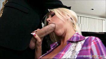 Sexo com a mulher nua pelada dando a buceta